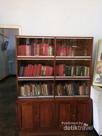 Rak Buku Bung Karno di rumah    pengasingan Bung Karno