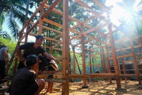 Warga Baduy Luar saling bekerjasama untuk membangun rumah