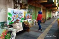 Banyak seniman memajang hasil karyanya untuk dijual