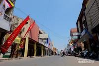 Jalan Lemah Wungkuk yang menjadi kawasan Pecinan di Cirebon.