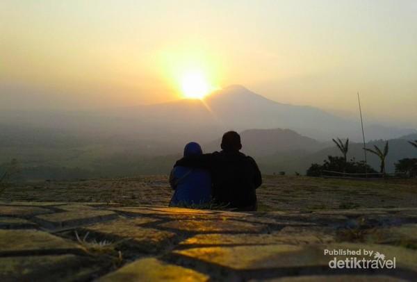 Menyaksikan sunrise bersama istri tercinta