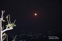 Bulan purnama terbit