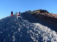 Jalur trekking terakhir menuju puncak Dewi Anjani, dengan kemiringan 70-80 derajat, penuh dengan pasir, kerikil serta batu-batu lepas yang harus ditempuh selama 50 menit, dimana kanan kiri adalah jurang. Sungguh menantang.