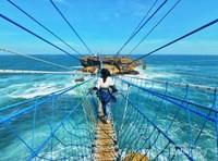 Menyeberangi jembatan di Pantai Timang