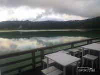 Area santai bagi pengunjung Danau Linow