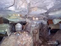 Tengkorak-tengkorak dan erong yang sudah teratur rapi di celah-celah di dalam dinding gua