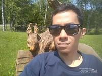 Pose saya di depan kelinci kayu