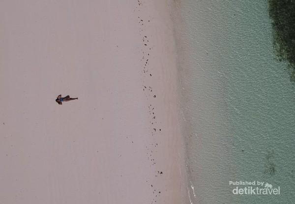 Pantai Tanjung Bira masih tergolong sepi sangat nyaman untuk dikunjungi. Membuat kamu sangat rilaks serasa pantai sendiri