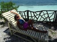 Bangku santai buat kamu semakin relaks menikmati keindahan Tanjung Bira