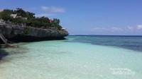 Langit biru dengan air laut sejernih kristal dan pasir putih lembut merupakan kombinasi yang sempurna bak surga