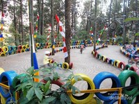 Ban warna-warni menghiasi area permainan sepeda
