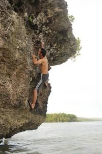 Bouldering di karang Raja Tiga Adoki