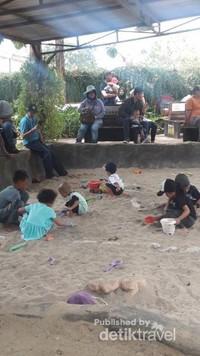 Anak-anak bisa juga main pasir, ada tulang dino yang tersembunyi