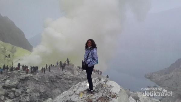 Kawah Ijen dengan kepulan asap belerang terletak di puncak Gunung Ijen
