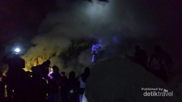 Api biru tertutup asap belerang merupakan fenomena alam langka cuma ada 2 di dunia