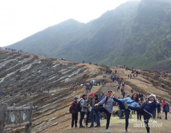 Gunung Ijen adalah gunung berapi aktif berada di antara dua kota Banyuwangi dan Bondowoso