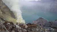Kawah Ijen merupakan kawah atau danau air sangat asam terbesar di dunia dengan luas 5466 Hektar