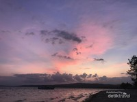 Menikmati sunset di Pulau Bokori.
