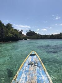 Perpaduan indah air yang biru dan kehijauan di Pulau Senja.