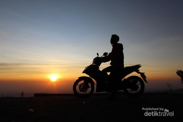 Foto dengan background sunrise di Gunung Telomoyo