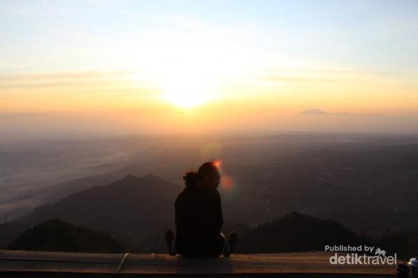Foto dengan background sunrise dan Rawa Pening di Gunung Telomoyo