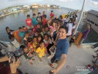 Saat main bersama adik-adik dari Suku Bajo, Kampung Mola. Suku Bajo keempat Saya setelah Labengki, Torosiaje, dan Togean. Semua ada di Pulau Sulawesi! Mereka sangat ramah dan murah senyum. Sungguh senang berbagi kebahagiaan bersama mereka!
