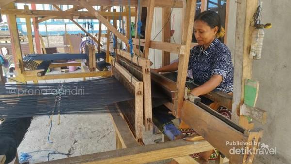 Proses pembuatan kain sarung Wakatobi, Kain Boke. Kain ini nantinya dijual seharga 600 ribu setelah menjadi bentuk sebuah sarung