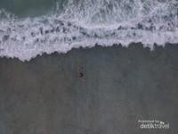 Air lautnya jernih, kaya akan biota laut dengan ombak yang tenang. Cocok untuk snorkeling, diving dan kayaking