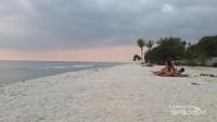 Pantainya cantik dan romantis, sangat pas untuk traveler berpasangan