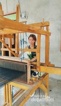 Euodia dengan Proses pembuatan Kain Tenun Ikat Leja khas Wakatobi