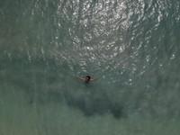 Air laut di Gili Air sangat bening berwarna biru kehijauan,bikin kamu nggak tahan