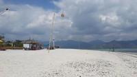 Pantai Gili Air dengan hamparan luas pasir putih bersih bercampur kerang.