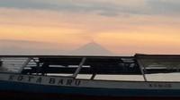 Gunung Agung yang sedang batuk tampak dari kejauhan di pantai Gili Air.