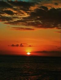 Matahari terbenam di ujung laut, Pantai Sombu, Wakatobi