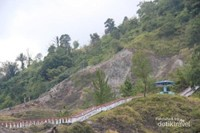 Tantangan yang harus dilalui bagi traveller untuk mencapai puncak adalah harus menaklukan 2432 anak tangga