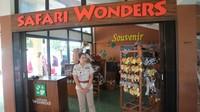 Traveler bisa mendapatkan merchandise resmi dari Taman Safari Indonesia