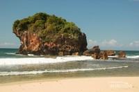 Hanya ada batu karang besar yang jauh dari bibir pantai