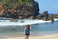 Pengunjung bisa berfoto dengan latar belakang birunya laut