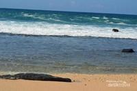 Pinggir pantai yang nyaman untuk berenang dan bermain air
