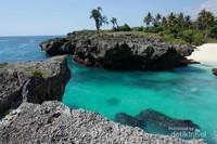 Yang unik dari pantai ini adalah adanya dua batu karang yang berdekatan dan terletak dekat dengan bibir pantai