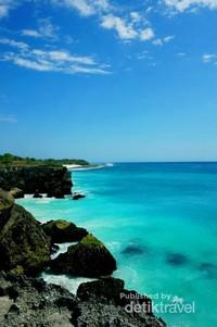 Warna air laut dengan perpaduan biru dan hijau sangat memesona