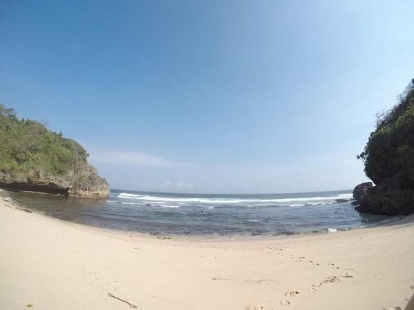 Pantai Njulek yang berada di balik bukit.