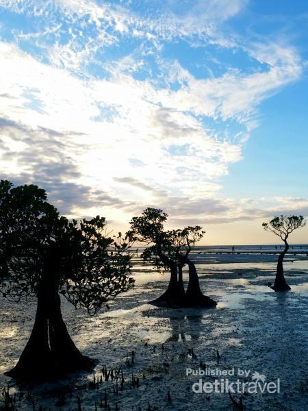 Menjelang matahari terbenam, warna langit menyajikan kecantikan alam Pantai Walakiri yang tidak kalah indahnya