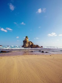 Karang menjulang di laut Pantai Buyutan