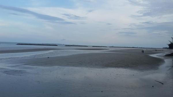 Pantai Pasir Padi yang sesuai namanya penuh dengan pasir pantai.