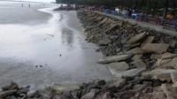 Batu-batu kerikil besar di pinggir pantai