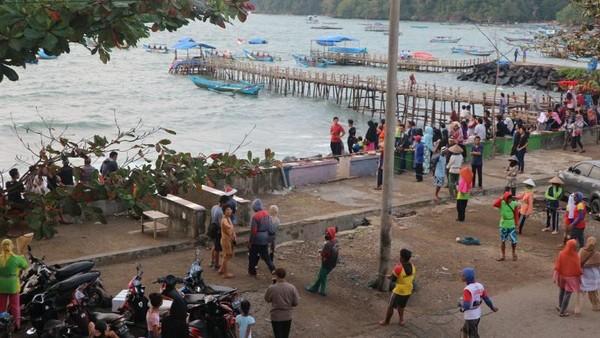 Kesibukan nelayan yang pulang melaut