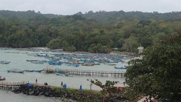 Deretan perahu nelayan di Pantai Timur Pangandaran