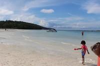 Pantai yang luas dan berpasir putih menjadi tempat bermain yang seru .