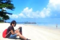 Menikmati pantai pasir putih dan birunya langit